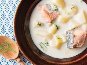 鮭とジンジャーミルクのハーブスープ